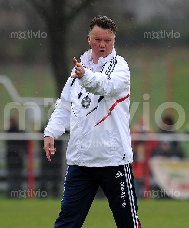 Fussball 1. Bundesliga:  Saison   2009/2010    Training beim FC Bayern Muenchen 14.04.2010 Trainer Louis van Gaal (FCB)