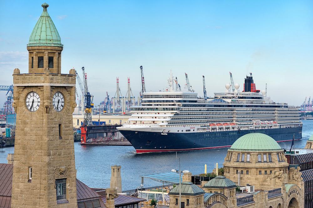 Die 'Queen Elisabeth' bei der Einfahrt in den Hafen Hamburg bei den Landungsbrücken mit Blick auf Blohm + Voss und Pegelturm