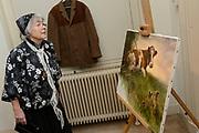 Offici&euml;le opening van de tentoonstelling 'Was getekend, Rien Poortvliet' op Paleis Soestdijk.Paleis Soestdijk presenteert een unieke collectie kerstkaarten die Rien Poortvliet maakte voor koningin Juliana en prins Bernhard. <br /> <br /> Op de foto:  Corrie Poortvliet , weduwe van  Rien Poortvliet bij de jas van Rien en een van zijn schilderijen