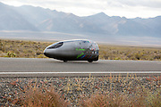 Andrea Gallo in de PulsaR van Policumbent, het team van de universiteit van Turijn. In Battle Mountain (Nevada) wordt ieder jaar de World Human Powered Speed Challenge gehouden. Tijdens deze wedstrijd wordt geprobeerd zo hard mogelijk te fietsen op pure menskracht. Ze halen snelheden tot 133 km/h. De deelnemers bestaan zowel uit teams van universiteiten als uit hobbyisten. Met de gestroomlijnde fietsen willen ze laten zien wat mogelijk is met menskracht. De speciale ligfietsen kunnen gezien worden als de Formule 1 van het fietsen. De kennis die wordt opgedaan wordt ook gebruikt om duurzaam vervoer verder te ontwikkelen.<br /> <br /> Andrea Gallo in the Pulsar of Policumbent, the team of the university of Turin. In Battle Mountain (Nevada) each year the World Human Powered Speed ​​Challenge is held. During this race they try to ride on pure manpower as hard as possible. Speeds up to 133 km/h are reached. The participants consist of both teams from universities and from hobbyists. With the sleek bikes they want to show what is possible with human power. The special recumbent bicycles can be seen as the Formula 1 of the bicycle. The knowledge gained is also used to develop sustainable transport.