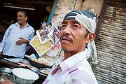 Shamy Bader, 47 år, bakar bröd på en bakgata i Paharganj, Delhi.