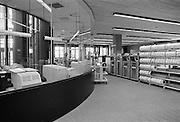 Nederland, Nijmegen, 11-6-1984Een computertechnicus is bezig met het installeren van een mainframe, server, netwerk in het nieuwe rekencentrum van de universiteit.Foto: Flip Franssen/Hollandse Hoogte
