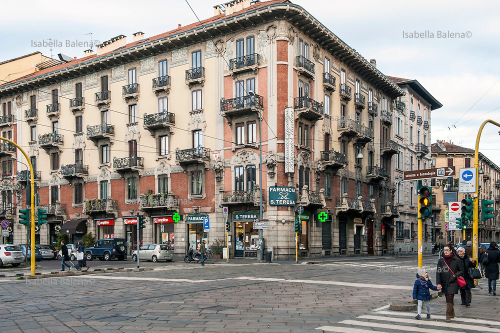Milano, Italia, stile Liberty. Corso Magenta angolo piazzale Baracca e farmacia S. teresa. Milan, liberty style.