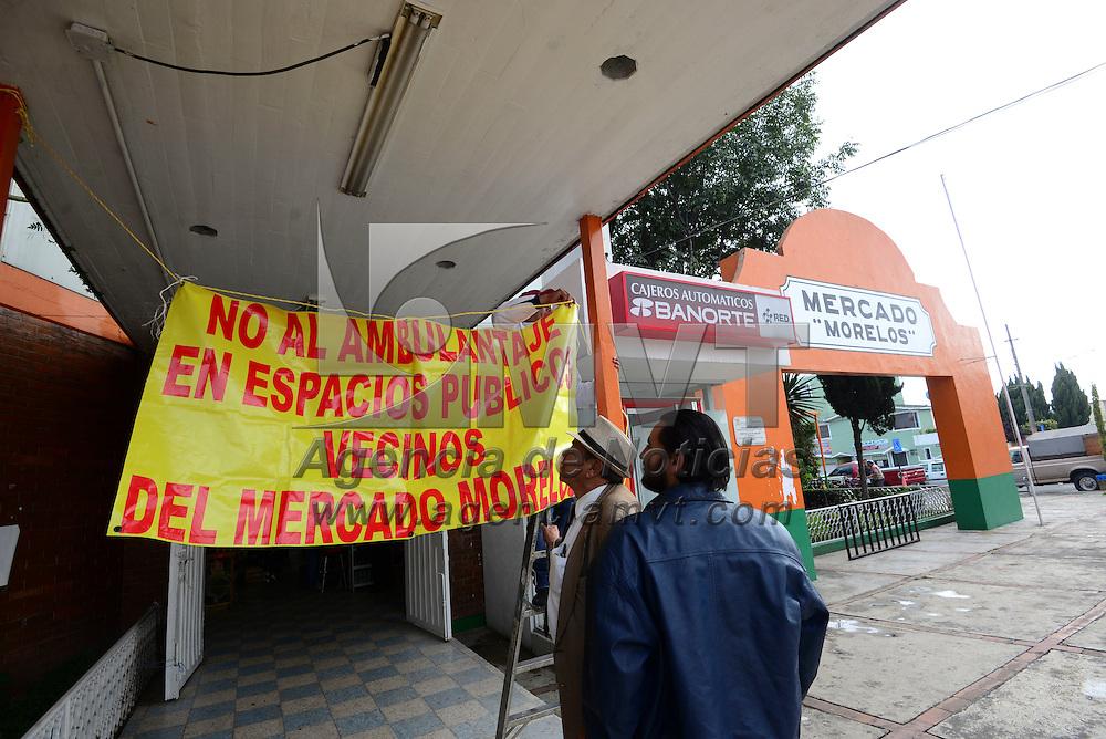 Toluca, México (Septiembre 02, 2016).- Comerciantes del mercado Morelos de Toluca pidieron al presidente municipal de Toluca, Fernando Zamora Morales, evite que comerciantes ambulantes del grupo Antorcha Campesina se coloquen en la explanada de este lugar, ya que se ocasionara desorden e inseguridad en la zona.  Agencia MVT / Crisanta Espinosa.