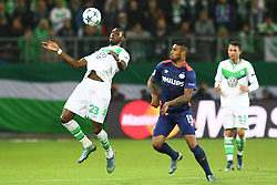 21.10.2015, Volkswagen Arena, Wolfsburg, GER, UEFA CL, VfL Wolfsburg vs PSV Eindhoven, Gruppe B, im Bild Josuha Guilavogui (#23, VfL Wolfsburg) nimmt vor den Augen von Juergen Locadia (#19, PSV Eindhoven) den Ball an // during UEFA Champions League group B match between VfL Wolfsburg and PSV Eindhoven at the Volkswagen Arena in Wolfsburg, Germany on 2015/10/21. EXPA Pictures © 2015, PhotoCredit: EXPA/ Eibner-Pressefoto/ Hundt<br /> <br /> *****ATTENTION - OUT of GER*****