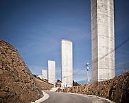 Vila Real<br /> Construction of the Mar&atilde;o highway is put on hold. With 200 million euro of European investment also on hold, the portuguese State is victim of its own autophagic financing method - the private-public partnership - and doesn't reveal how it could resolve the impasse.<br /> <br /> Vila Real<br /> Obras suspensas na auto estrada do Mar&atilde;o.<br /> Com 200 milh&otilde;es de euros de fundos comunit&aacute;rios em causa, o Estado, v&iacute;tima do seu pr&oacute;prio modelo de financiamento autof&aacute;gico - A parceria publico privada - n&atilde;o revela como sair&aacute; do impasse.