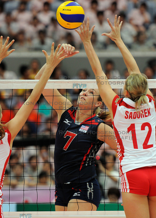 25-08-2010 VOLLEYBAL: WGP FINAL USA - POLAND: BEILUN NINGBO<br /> Heather Bown USA finds a hole in the Polish block<br /> &copy;2010-WWW.FOTOHOOGENDOORN.NL