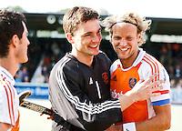 AMSTELVEEN -  Vreugde bij keeper Klaas Vering en aanvoerder Floris Evers (r),  zaterdag na de hockeywedstrijd tussen de mannen van Nederland en Pakistan  voor de Four Nations Cup in Amstelveen (4-0).  Door deze overwinning werd Nederland winnaar van de cup.  KOEN SUYK