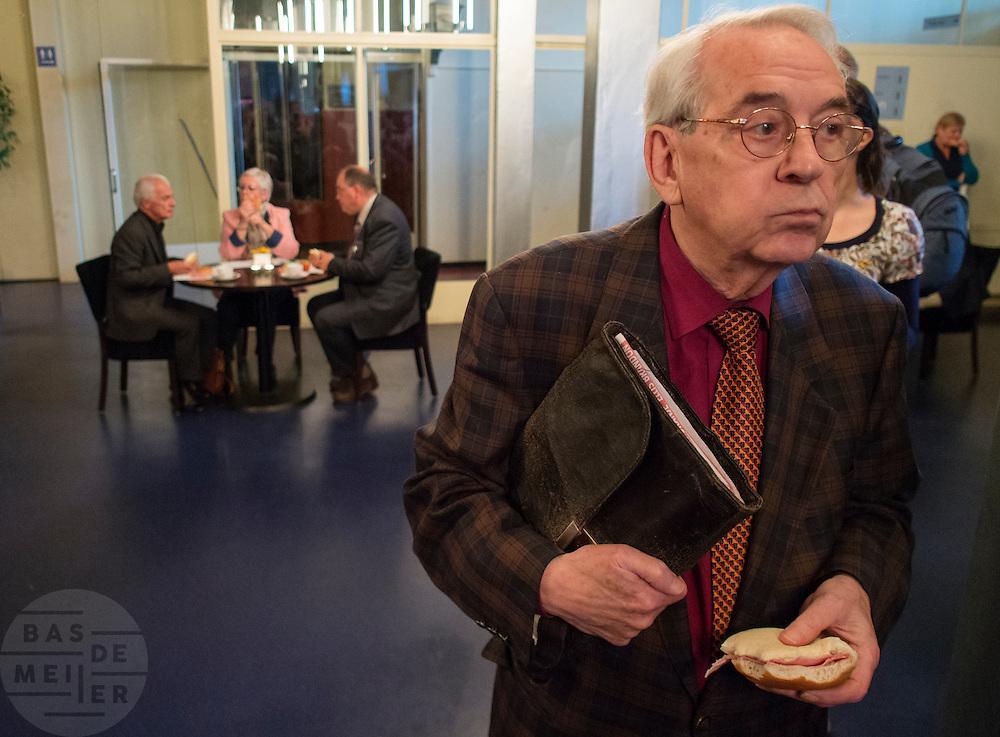 Pauze tijdens het congres. In Hilversum houdt de 50Plus partij haar verkiezingscongres. Tijdens het partijcongres wordt Henk Krol gekozen tot de lijsttrekker. Jan Nagel is de partijvoorzitter. <br /> <br /> Break during the convention. The 50Plus party, a political party aiming mostly at the people of 50 years and older, is having its congress in Hilversum. Henk Krol, former chief editor of the Gaykrant, is elected as leader. Jan Nagel is the chairman.