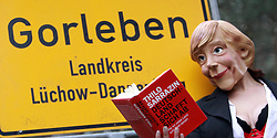 03.11.2010, Proteste Castortransporte, Gorleben, GER, Eine Angela Merkel Parodie liest in Gorleben zur Märchenstunde (Maerchenstunde), EXPA Pictures © 2010, PhotoCredit: EXPA/ nph/  Kohring+++++ ATTENTION - OUT OF GER +++++