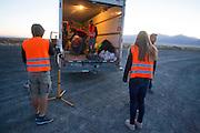 Jan rijdt in de ochtend van de vijfde racedag. Het Human Power Team Delft en Amsterdam (HPT), dat bestaat uit studenten van de TU Delft en de VU Amsterdam, is in Amerika om te proberen het record snelfietsen te verbreken. In Battle Mountain (Nevada) wordt ieder jaar de World Human Powered Speed Challenge gehouden. Tijdens deze wedstrijd wordt geprobeerd zo hard mogelijk te fietsen op pure menskracht. Het huidige record staat sinds 2015 op naam van de Canadees Todd Reichert die 139,45 km/h reed. De deelnemers bestaan zowel uit teams van universiteiten als uit hobbyisten. Met de gestroomlijnde fietsen willen ze laten zien wat mogelijk is met menskracht. De speciale ligfietsen kunnen gezien worden als de Formule 1 van het fietsen. De kennis die wordt opgedaan wordt ook gebruikt om duurzaam vervoer verder te ontwikkelen.<br /> <br /> The Human Power Team Delft and Amsterdam, a team by students of the TU Delft and the VU Amsterdam, is in America to set a new world record speed cycling.In Battle Mountain (Nevada) each year the World Human Powered Speed Challenge is held. During this race they try to ride on pure manpower as hard as possible. Since 2015 the Canadian Todd Reichert is record holder with a speed of 136,45 km/h. The participants consist of both teams from universities and from hobbyists. With the sleek bikes they want to show what is possible with human power. The special recumbent bicycles can be seen as the Formula 1 of the bicycle. The knowledge gained is also used to develop sustainable transport.