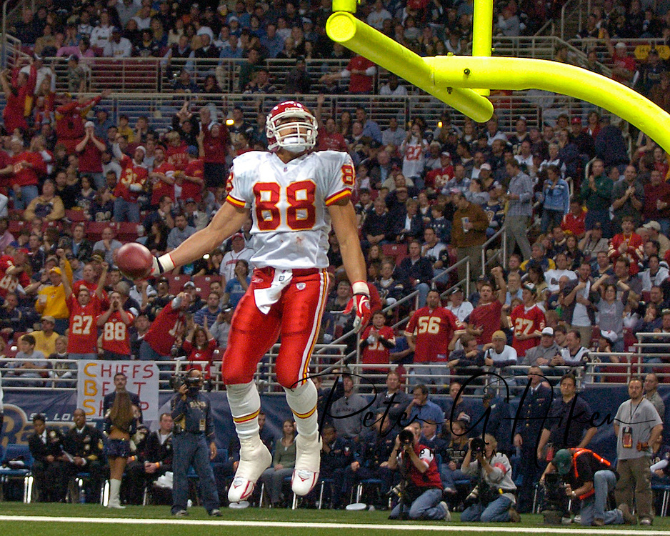 Kansas City Chiefs tight end Tony Gonzalez goes up for the slam dunk after scoring a second quarter touchdown against the St. Louis Rams at the Edward Jones Dome in St. Louis, Missouri, November 5, 2006.  The Chiefs beat the Rams 31-17.<br />