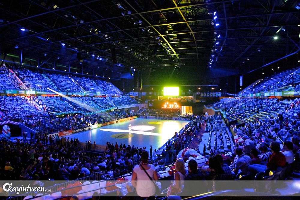 ROTTERDAM - PKC - TOP, Lotte Korfbal league finale, Seizoen 2010-2011, 16-04-2011, Ahoy Rotterdam, overzicht van een goed gevuld ahoy tijdens het voorprogramme van de finale, leonie meijer zingt op het veld