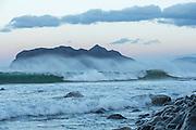 Strong wind and big waves at Flø, Norway. The island Godøya in the background | Sterk vind og store bølger på Flø, Norge. Godøya i bakgrunnen.
