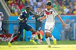 04.07.2014, Maracana, Rio de Janeiro, BRA, FIFA WM, Frankreich vs Deutschland, Viertelfinale, im Bild Sami Khedira, from Germany fights for the ball against Blaise Matuidi from France // during quarterfinals between France and Germany of the FIFA Worldcup Brazil 2014 at the Maracana in Rio de Janeiro, Brazil on 2014/07/04. EXPA Pictures © 2014, PhotoCredit: EXPA/ Eibner-Pressefoto/ Cezaro<br /> <br /> *****ATTENTION - OUT of GER*****