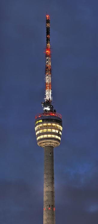 Der leuchtende Fernsehturm in Stuttgart bei Nacht
