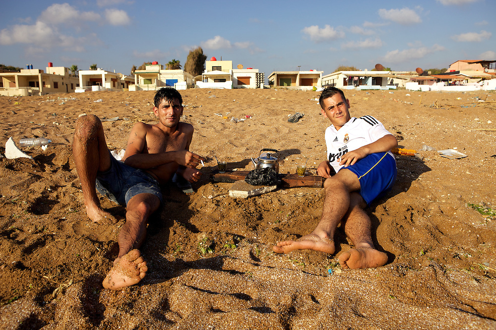 Syrian teenagers drinking mate on the beach of Tartus, Syria. Deux adolescents boivent le maté sur la plage de Tartous, Syrie.