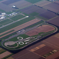 EN&gt; A racing track among agricultural fields. |<br /> SP&gt; Una pista de carreras entre los campos de cultivo.