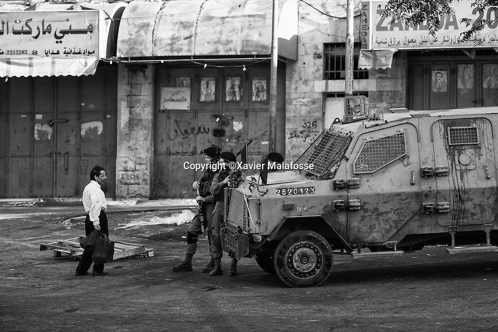 Un Palestinien souhaitant se rendre dans la zone H2 est interpellé par des soldats israéliens à proximité du checkpoint de Bal Al Zawiya.