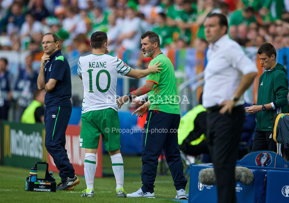 BORDEAUX, FRANCE - Saturday, June 18, 2016: Republic of Ireland manager Martin O'Neill looks on as Republic of Ireland assistant manager Roy Keane issues instructions to substitute Robbie Keane during the UEFA Euro 2016 Championship Group E match against Belgium at Stade de Bordeaux. (Pic by Paul Greenwood/Propaganda)