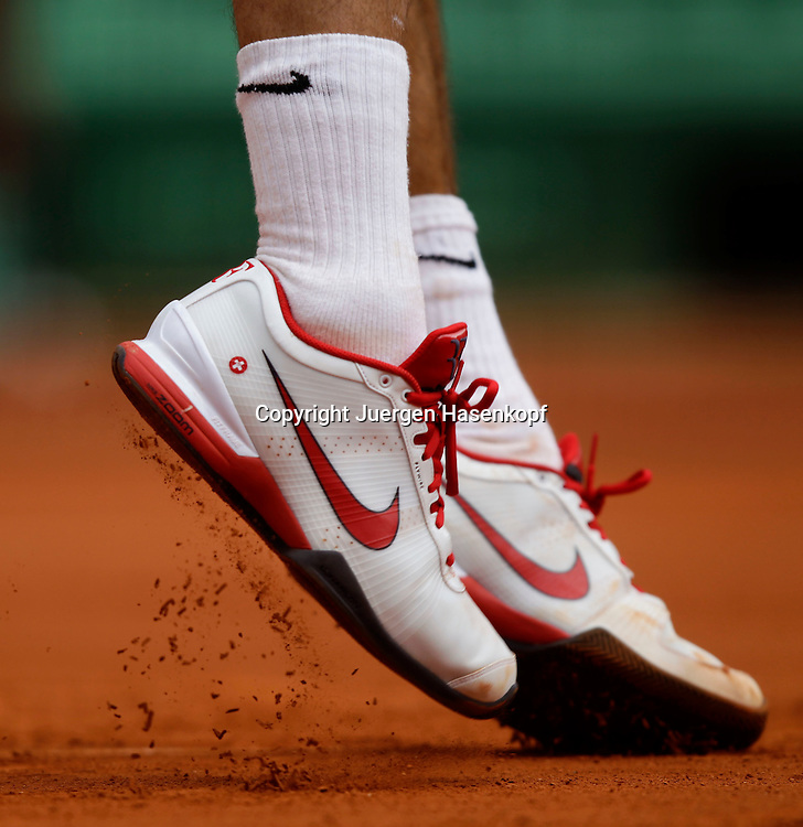French Open 2011, Roland Garros,Paris,ITF Grand Slam Tennis Tournament . Fuesse ,Schuhe von Roger Federer (SUI),Nahaufnahme,Detail,Aktion,
