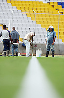 Fussball   International   42. Copa America   Feature           Arbeiter malen die Seitenlinie in den Rasen des Stadion Cachamy in Puerto Ordaz.