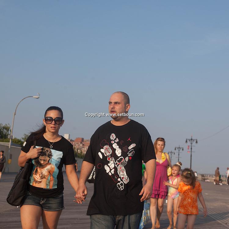 New York.  Brooklyn. Coney island boardwalk on sunday in summer, Brighton beach  new york  Usa /  Coney island un dimanche en ete Brighton beach, parade deguisee humoristique  new york  Usa