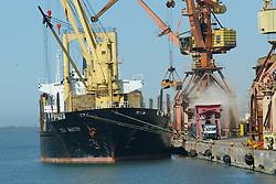 Navio cargueiro é puxado por rebocador no Rio Guaíba, em Porto Alegre.FOTO: Jefferson Bernardes / Preview.com