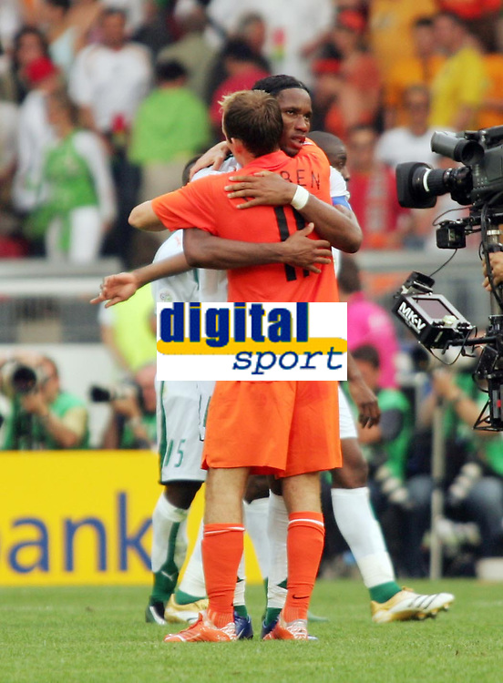 Photo: Chris Ratcliffe.<br /> Holland v Ivory Coast. Group C, FIFA World Cup 2006. 16/06/2006.<br /> Arjen Robben of Holland consoles his Chelsea team mate Didier Drogba at the end.