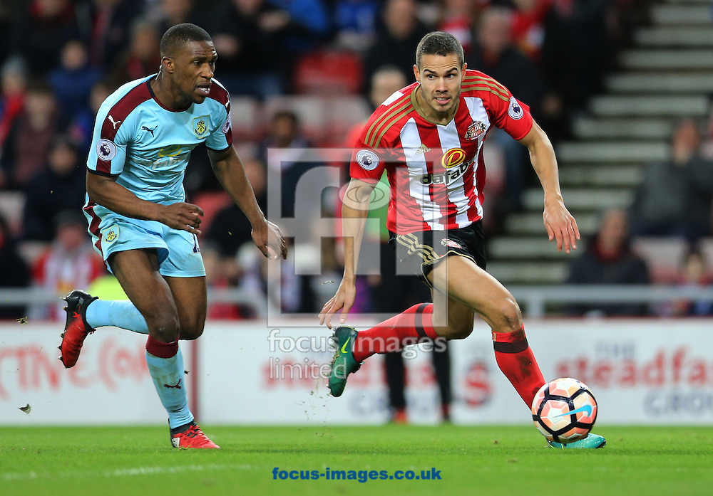 Jack Rodwell (r) of Sunderland and Tendayi Darikwa of Burnley during the third round of the FA Cup at the Stadium Of Light, Sunderland<br /> Picture by Simon Moore/Focus Images Ltd 07807 671782<br /> 07/01/2017