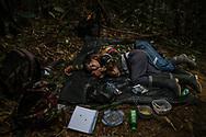 Una pareja de guerrilleros duermen una siesta después de una larga jornada de caminata. <br /> Photo Federico Rios / Native