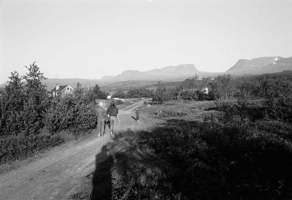 Den lilla enda lokala vägen i Abisko på den tiden den stora vägen från Kiruna inte var byggd och man fick välja på att gå eller ta tåget till Abisko. Lapporten i bakgrunden (1979)