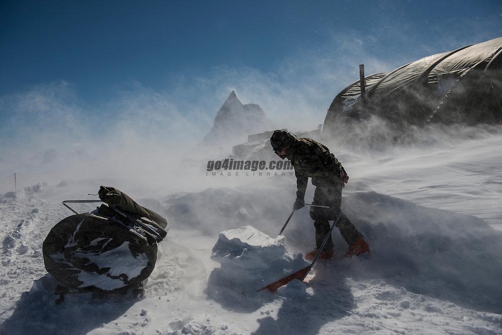 Patrouille des Glacier 2012, 19 April 2012<br /> Aufbau Posten Tete Blanche auf 3760 m&uuml;M.<br /> Temperatur ca. -15 Grad und 50 - 70 Km Wind