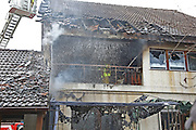 Mannheim. 23.02.17   BILD- ID 042  <br /> Schönau. Brand im Mehrfamilienhaus. Bei dem Brand in einem Vierfamilienhaus am Donnerstagnachmittag auf der Schönau ist ein geschätzter Schaden von rund 300 000 Euro entstanden. Das Feuer war im ersten Obergeschoss ausgebrochen und hatte auf das Dachgeschoss übergegriffen, teilte die Polizei mit. Die Bewohner konnten das Haus im Ludwig-Neischwander-Weg rechtzeitig verlassen. Verletzt wurde bei dem Brand niemand. Die Feuerwehr brachte den Brand unter Kontrolle. Die Brandursache ist noch nicht bekannt.<br /> Bild: Markus Prosswitz 23FEB17 / masterpress (Bild ist honorarpflichtig - No Model Release!)