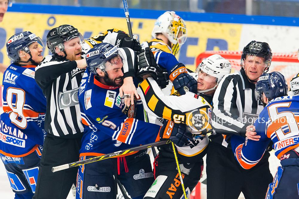 150414 Ishockey, SM-Final, V&auml;xj&ouml; - Skellefte&aring;<br /> Patrick Zackrisson, V&auml;xj&ouml; Lakers Hockey gruffas/fightas med Martin Sevc, Skellefte&aring; AIK.<br /> &copy; Daniel Malmberg/All Over Press