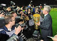 Fotball<br /> Tyskland<br /> 01.06.2013<br /> Foto: Witters/Digitalsport<br /> NORWAY ONLY<br /> <br /> FC Bayern Muenchen, DFB-Pokalsieger 2013, Trainer Jupp Heynckes mit Pokal<br /> <br /> Fussball, DFB-Pokal-Finale 2013, FC Bayern München - VfB Stuttgart