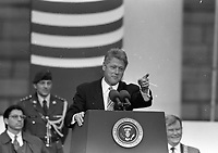American President Bill Clinton addresses the crowd outside The Bank of Ireland In College Green, Dublin, 01/12/1995. (Part of the Independent Newspapers Ireland/NLI Collection).