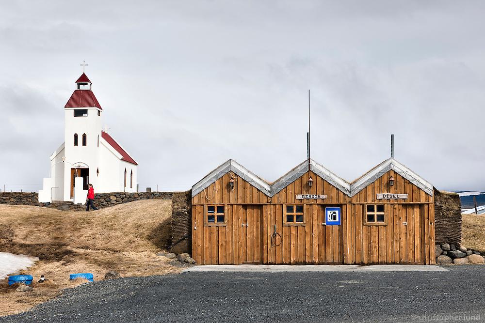 Gas pumps and the church at Möðrudalur á Fjöllum, North Iceland. This farm lies the highest in Iceland, some 469 m above sea level. Möðrudalur á Fjöllum er bær á Möðrudalsöræfum á Norðurlandi eystra. Jörðin er ein sú landmesta á Íslandi og sú sem stendur hæst (469 metra yfir sjávarmáli). Kirkjan á Möðrudal var reist af Jóni Aðalsteini Stefánssyni bónda þar til minningar um eiginkonu sína. Hún var vígð 4. september 1949. Jón skreytti kirkjuna sjálfur að innan og málaði altaristöfluna.