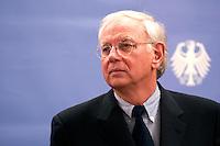 07 JAN 2005, BERLIN/GERMANY:<br /> Dr. Klaus Scharioth, Staatssekretaer im Auswaertigen Amt, waehrend einer Pressekonferenz zu den Ergebnissen des Krisenstabes im Auswaertigen Amt und zur aktuelle Situation im Gebiet der Flutkatastrophe Suedostasien, Auswaertiges Amt<br /> IMAGE: 20050107-01-005<br /> KEYWORDS: Staatssekretär Auswärtiges Amt