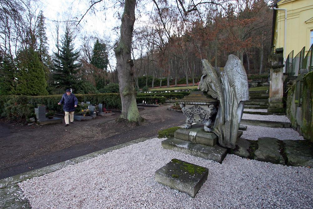 Karlovy Vary (Karlsbad)/Tschechische Republik, CZE, 14.12.06: Familien Grabst&auml;tte mit einer Engelskulptur und Deutscher Inschrift auf dem Hauptfriedhof in Drahovice, Karlovy Vary (Karlsbad).<br /> <br /> Karlovy Vary (Karlsbad)/Czech Republic, CZE, 14.12.06: Statue of an angel and German language inscription decorating one of the family graves on the Central Cemetery in Drahovice, Karlovy Vary (Karlsbad).