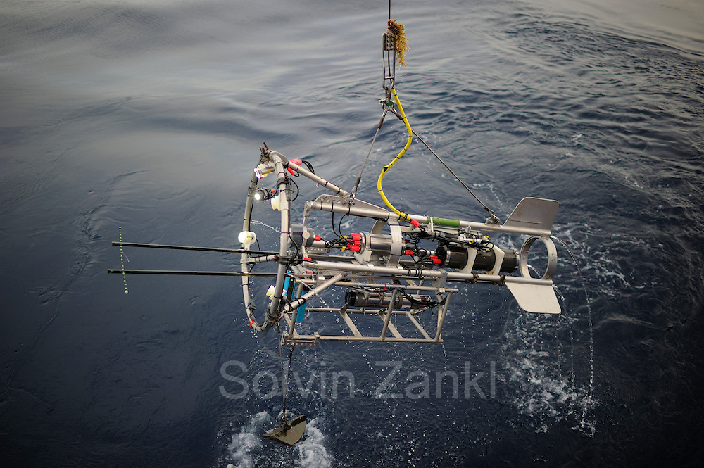 The PELAGIOS with UVP mounted underneath being retrieved after a transecting cast. The PELAGIOS is a towed ocean observation instrument that consists of an aluminium frame with a forward looking HD video camera and LED lights. Underwater surveys with optical techniques like PELAGIOS, ROVs and plankton recorders have revealed fauna that are not sampled by nets, and show a diverse fauna of gelatinous organisms in the mesoand bathypelagic zones. During MSM49 PELAGIOS was used to investigate the impact of different oceanographic features on the vertical distribution, abundance and diversity of macrozooplankton and (micro)nekton. Atlantic Ocean, close to Cape Verde | Atlantischer Ozean, nahe Kap Verde