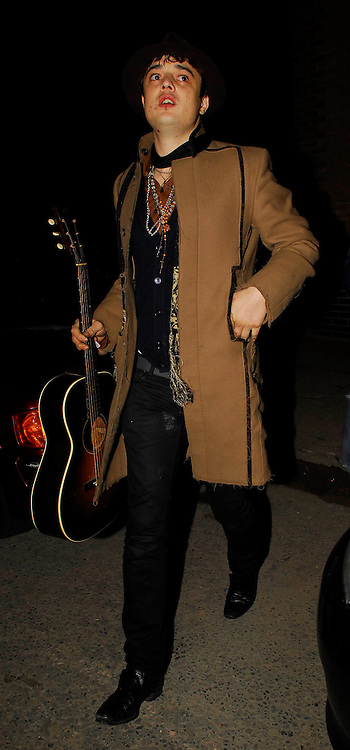 12.DECEMBER.2007. LONDON<br /> <br /> A DIRTY AND SCRUFFY LOOKING PETE DOHERTY ARRIVING AT AMY WINEHOUSE'S NEW FLAT IN BOW, EAST LONDON AT 3.00AM AT 3.00AM.<br /> <br /> BYLINE: EDBIMAGEARCHIVE.CO.UK<br /> <br /> *THIS IMAGE IS STRICTLY FOR UK NEWSPAPERS AND MAGAZINES ONLY*<br /> *FOR WORLD WIDE SALES AND WEB USE PLEASE CONTACT EDBIMAGEARCHIVE - 0208 954 5968*