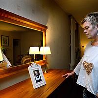 Nederland, De Rijp , 27 januari 2014.<br /> Jeanette Palsma.<br /> De zoon van Jeannette is volkomen de weg kwijt. Ze noemt hem een gevaar voor zichzelf en voor anderen.  Al jaren probeert ze de juiste hulp te krijgen, maar dat is lastig nu hij meerderjarig is. Samen met een andere moeder die de wanhoop nabij is vertelde ze haar verhaal.<br /> Op de foto: Jeanette kijkt thuis naar een jeugdfoto van de toen nog niet ontspoorde zoon.<br /> Foto:Jean-Pierre Jans