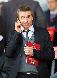 LIVERPOOL, ENGLAND - Sunday, March 28, 2010: Liverpool web site reporter Jimmy Rice with his yellow Apple iPhone before the Premiership match against Sunderland at Anfield. (Photo by: David Rawcliffe/Propaganda)