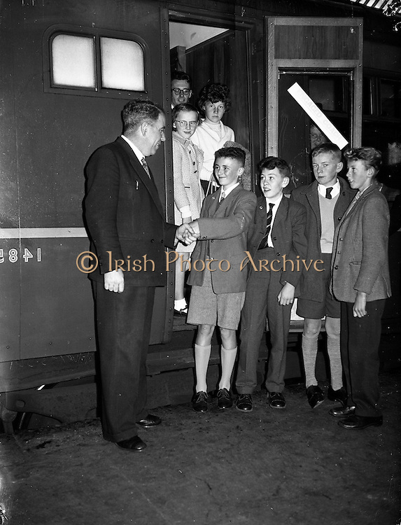 12/09/1961<br /> 09/12/1961<br /> 12 September 1961<br /> Children leave for the Gaeltacht from Pearse Station, Westland Row, Dublin, special for Gael Linn.