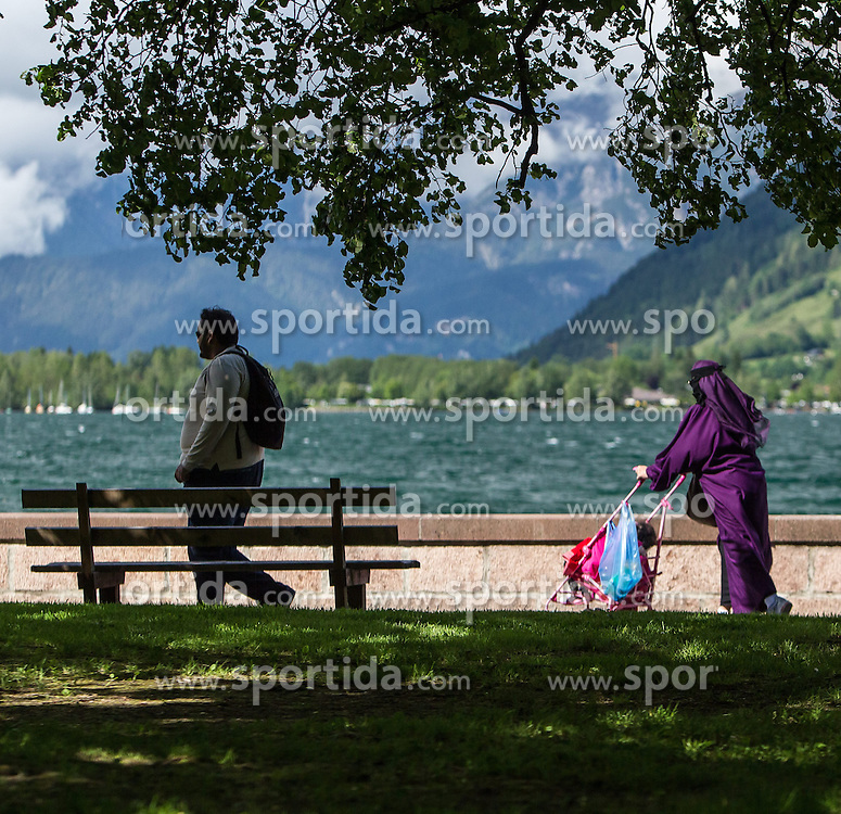 THEMENBILD, ARABISCHE TOURISTEN IN ZELL AM SEE - KAPRUN, im Bild Arabische Gäste am Zeller See. Jedes Jahr besuchen mehrere Tausend Gäste aus dem arabischen Raum die Urlaubsregion im Salzburger Pinzgau. Um Missverständnisse zu vermeiden und die Gäste auf den Aufenthalt vorzubereiten, erhalten die Touristen einen Knigge-ähnlichen Kulturführer, aufgenommen am 30.05.2014 in Zell am See, Österreich // ILLUSTRATION, ARAB TOURISTS IN ZELL AM SEE - KAPRUN, pictured: Arab guests on Lake Zell. Every year thousands of guests from Arab countries takes their holiday in Zell am See - Kaprun Region. To avoid misunderstandings and to prepare the guests for their holidays, the tourists get a similar etiquette culture guide, Zell am See, Austria on 2014/05/30. EXPA Pictures © 2014, PhotoCredit: EXPA/ JFK