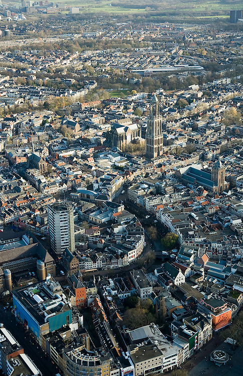Nederland, Utrecht, Utrecht, 25-11-2008; binnenstad, met links Neude met postkantoor en Neudeflat, de Oude Gracht met direct na de bocht het stadhuis (neoklassiek gevel), de Domkerk, Domplein en Domtoren, midden rechts Buurkerk -  zie ook andere overzichtentown centre, with left Neude post office  and Neude Flat, the Oudegracht with immediately after the bend with the town hall (neoclassical facade), above middle Dom, Dom Square and Dom towercenter, cathedral, centrum, kathedraal, cathedraalsee also other overviews.  .luchtfoto (toeslag)aerial photo (additional fee required).foto Siebe Swart / photo Siebe Swart
