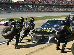October 14, 2018 - Talladega, AL, U.S. - TALLADEGA, AL - OCTOBER 14: The pit crew of Jimmie Johnson, Hendrick Motorsports, Chevrolet Camaro Lowe's for Pros (48) during the 1000Bulbs.com 500 on October 14, 2018, at Talladega Superspeedway in Tallageda, AL.(Photo by Jeffrey Vest/Icon Sportswire) (Credit Image: © Jeffrey Vest/Icon SMI via ZUMA Press)