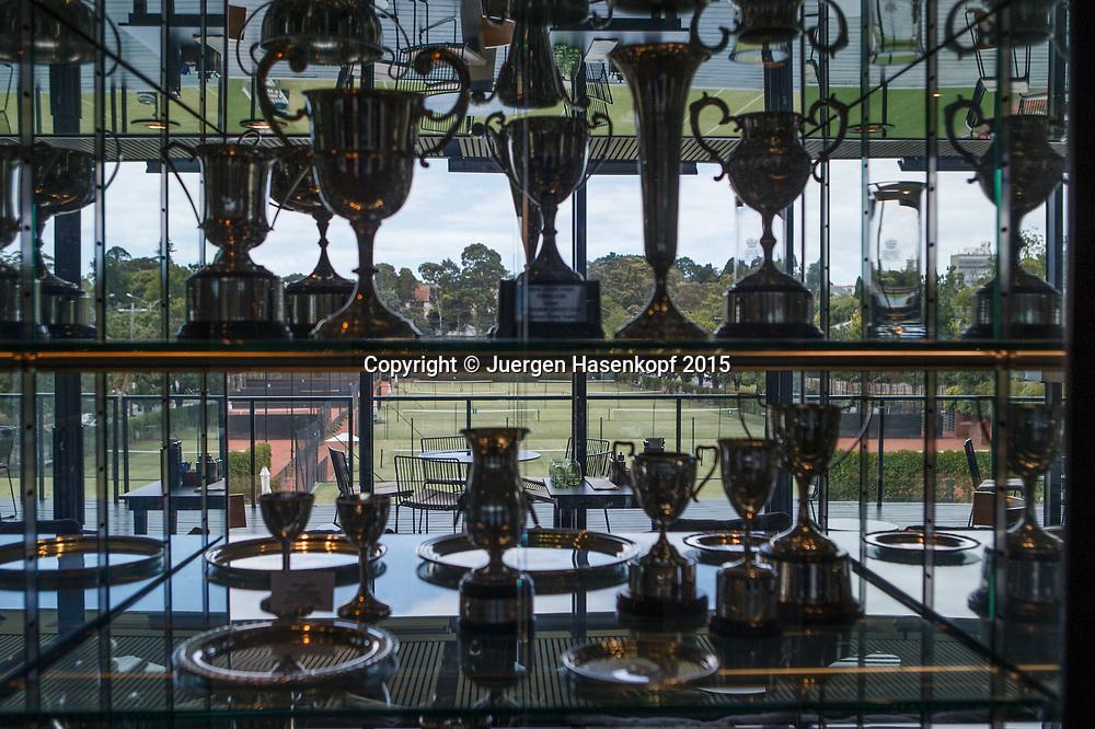 Royal South Yarra Lawn Tennis Club existiert seit 1884.<br /> Blick durch den Pokalschrank auf die Aussenplaetze,