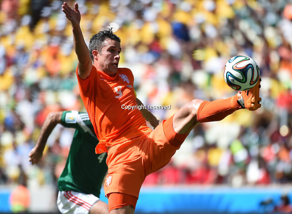 29.06.2014. Fortaleza, Brazil. Netherlandss Robin van Persie (front) attempts to control the ball over the top of Mexicos defense during a Round of 16 match between Netherlands and Mexico of 2014 FIFA World Cup at the Estadio Castelao Stadium in Fortaleza, Brazil, on June 29, 2014.